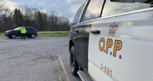 صورة لسيارات شرطة الحدود بين أونتاريو وكيبيك في 19 أبريل 2021. أمر رئيس وزراء أونتاريو دوج فورد بإغلاق الحدود مع كيبيك ومانيتوبا في محاولة للحد من انتشار COVID-19 حيث شهدت المقاطعة زيادة في حالات الإصابة الجديدة في الاسابيع الحديثة.أغلقت أونتاريو حدودها مع كيبيك بالكامل، السماح للسفر الضروري فقط