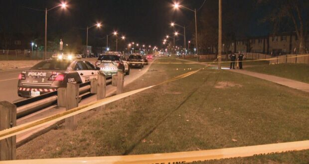 صورة لشرطة تورنتو وهي تحقق في حادث إطلاق نار في إيتوبيكوك أدى إلى نقل رجل في العشرينات من عمره إلى المستشفى.إصابة رجل بجروح خطيرة جراء إطلاق نار في إتوبيكوك