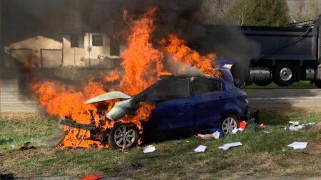 صورة بعد أن تم نقل رجل إلى المستشفى بعد انقلاب سيارته واشتعلت فيها النيران في الطرف الجنوبي من المدينة يوم الثلاثاء.إصابه رجل بجروح خطيرة بعد انقلاب سيارة واشتعال النيران فيها