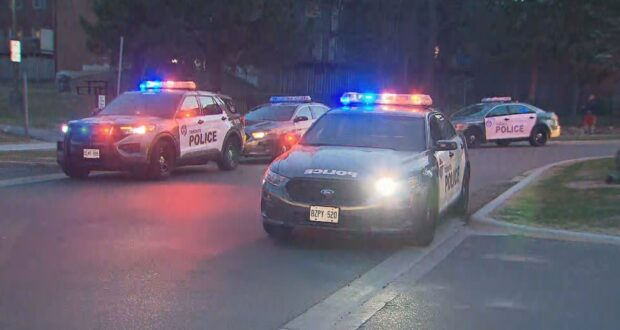 صورة للشرطة وهي تحقق بعد حادث طعن في سكاربورو في 8 أبريل 2021.اثنين من المشتبه بهم في الحجز بعد وفاة رجل في طعن سكاربورو