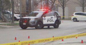 صورة لشرطة تورنتو وهي تحقق في حادث إطلاق نار في إيتوبيكوك أدى إلى نقل صبي إلى المستشفى.اطلاق نار في إيتوبيكوك يرسل فتى يبلغ من العمر 14 عامًا إلى المستشفى
