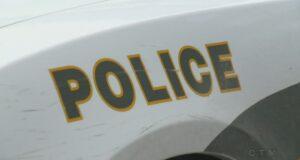 صورة تظهر شعار شرطة كيبيك على إحدى السيارات حيث الشرطة تؤكد جريمة القتل التاسعة لسيدات من كيبيك بعد اتهام رجل بالقتل