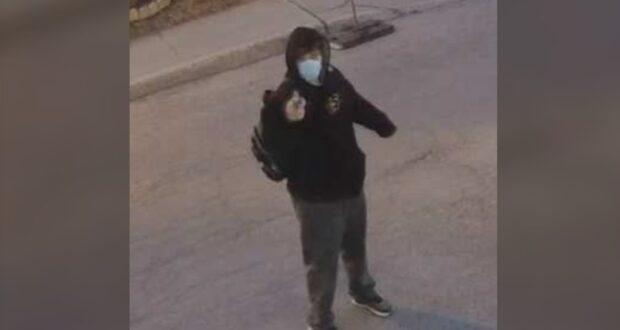 صورة للمشبه به في اطلاق النار على مسجد في مونتريال حيث شوهد في فيدوهات المراقبة حيث أن الشرطة تطلب مساعدة الجمهور لتعقب الشاب الذي أطلق النار في مسجد مونتريال