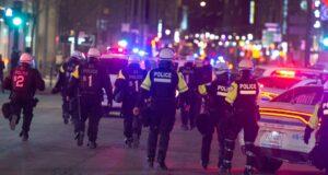 صورة الشرطة وهي تتحرك في شارع سانت كاترين مع استمرار الاحتجاجات ضد حظر التجول لليلة ثانية الاثنين 12 أبريل 2021 في مونتريالحظر التجول في مونتريال إصدار مخالفات لبعض الشباب للمرة الثانية أو الثالثة ليلة الاثنين