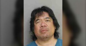 صورة لجوناثان وونغ ، المقيم في تورونتو ، البالغ من العمر 50 عامًا ، تم اتهامه بالتلصص بعد التحقيق.رجل من تورنتو اتهم بعد العثورعلى جهاز تسجيل في غرفة تغيير ملابس لعارضة أزياء