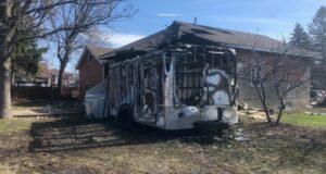 صورة للدمار الحاصل في المقطرة والمنبى على أثر حريق حيث شرطة لونغوييل تحقق في حريق مريب بدأ في مقطورة خلف منزل