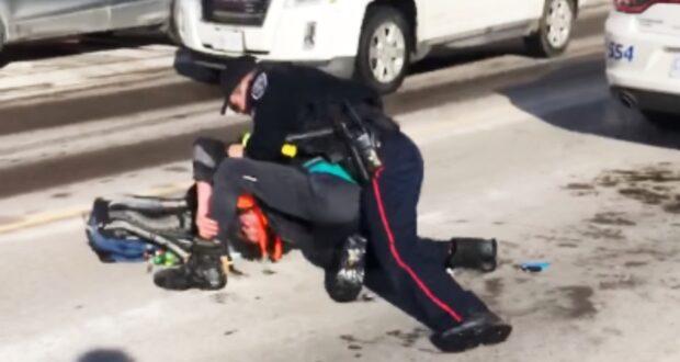 صورة لضابط الشرطة وهو يعتدي على مواطن حيث ضابط شرطة متهم جنائياً بالاعتقال العنيف على شريط فيديو في باري في أونتاريو