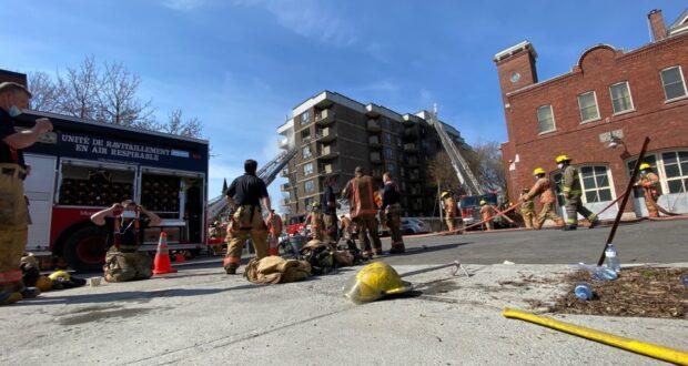 صورة لرجال الإطفاء في مونتريال يكافحون حريقًا اندلع في منزل لكبار السن في منطقة جنوب غرب مونتريال في 11 أبريل 2021قتيل واحد جراء حريق كبير من الفئة الخامسة في مقر إقامة في مونتريال
