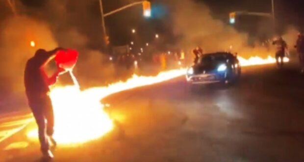 صورة من مقطع فيحريق في الشارع حيث مقطع فيديو وحشي يظهرمجموعة كبيرة أضرمت النار في الطريق في شارع تورنتوديو يظهر أضرام