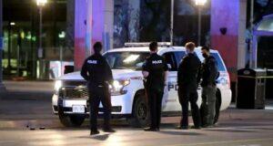 صورة لضباط شرطة دورهام الإقليمية يقفون بالقرب من خراطيش مستهلكة من مسدس ARWEN خارج فرع مكتبة ويتبي العامة في 17 أبريل 2021.وحدة التحقيقات الخاصة تحقق بعد أن أطلق النار من مسدس مكافحة الشغب على امرأة
