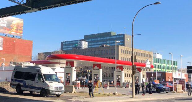 صورة للشرطة وهي تحقق بعد إصابة امرأة وقتلها شاحنة قلابة في دي ميزونوف بوليفارد ودي لوريمير في مونتريال في 8 أبريل 2021.وفاة إحدى المشاة بعد اصطدامها بشاحنة قلابة في مونتريال