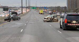 صورة لموقع حاث تصادم عدة سيارات مما سبب وفاة إمراة تبلغ 78 عاماً، حيث وفاة امرأة تبلغ من العمر 78 عامًا بعد اصطدامها بعدة مركبات على الطريق السريع 401