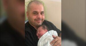 صورة لل الأب الذي توفي وحيداً لحماية أسرته من فيروس كورونا حيث أب عمره 39 عامًا حاول حماية أسرته، توفي وحيداً بمرض كوفيد -19 في المنزل