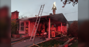 صورة لرجال الإطفاء في أوتاوا بعد أن استجابو على حريق في منزل في شارع يو ليلة الخميس ، وهو واحد من ثلاثة حرائق في غضون ثلاث ساعات.أطقم إطفاء أوتاوا استجابت لثلاث حرائق خلال ثلاث ساعات