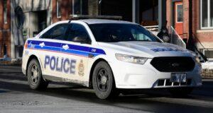 صورة لسيارة شرطة أوتاوا بالقرب من مركز شرطة Elgin Street في أوتاوا ، يوم الاثنين ، 1 فبراير 2021. اتهم رجل بارتكاب فعل مخل بالآداب لمراهقين في ساحة انتظار بمركز تجاري