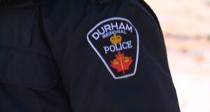 """صورة لشعار شرطة دورهام على زي رجل شرطة حيث تحقق الشرطة بعد """"فعل غير لائق"""" من قبل مدرس في أونتاريو تم تسجيله على شريط فيديو"""