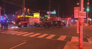 صورة حيث تحقق الشرطة في حادث تصادم بين مركبتين عند تقاطع شارع مورنينجسايد وشارع كينجستون.تصادم مركبتين في سكاربورو يرسل شخصين إلى المستشفى أحدهما في حالة حرجة