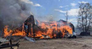 صورة لاشتعال النيران في حظيرة على طريق ميتش أوينز في غريلي عندما وصل رجال الإطفاء في أوتاوا في 2 مايو 2021.حريق هائل في حظيرة غريلي؛ ولم يبلغ عن وقوع اصابات