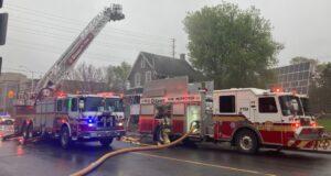 صورة لرجال الإطفاء في أوتاوا يكافحون حريقًا في منزل في شارع جلادستون وشارع ليون شمال الأربعاء 5 مايو 2021.رجال الإطفاء أنقذوا شخصاً من حريق في سنترتاون في أوتاوا