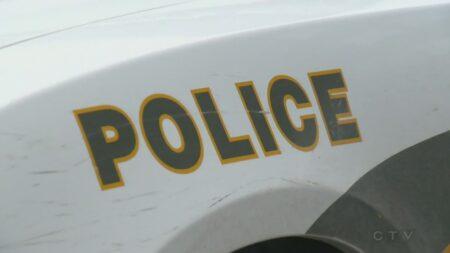 صورة لسيارة الشرطو بعد حادث قلب السيارة. حيثرجل يقلب السيارة أثناء القيادة، ويتم القبض عليه لقيادته تحت تأثير المخدرات