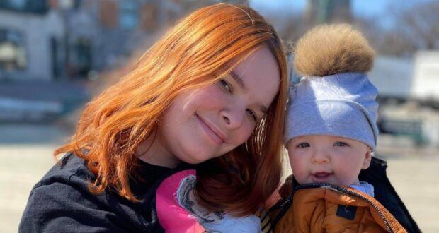 صورة لجيسيكا باروت مع ابنها لوجان البالغ من العمر سبعة أشهر ، والذي أصيب بـ COVID-19. حيثطفل يبلغ من العمر 7 أشهر من كيبيك في المستشفى بعد أن ثبتت إصابته بـ COVID-19