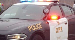 صورة لسيارة شرطة أونتاريو حيث متسللون يسرقون لافتات ممنوع التعدي في مطار بيمبروك